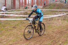 Mountainbikeracerbil på gyttja Fotografering för Bildbyråer
