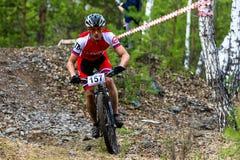 Mountainbikeradfahrer, der einzelne Bahn reitet Lizenzfreie Stockfotografie