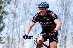 Mountainbikeradfahrer, der einzelne Bahn reitet Lizenzfreie Stockbilder