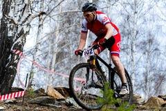 Mountainbikeradfahrer, der einzelne Bahn reitet Lizenzfreies Stockfoto