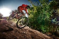 Mountainbikeradfahrer, der weg Straße reitet lizenzfreies stockfoto