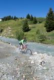 Mountainbikerreiten durch Strom Lizenzfreie Stockfotos