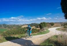 Mountainbikerreiten durch toskanische Landschaft lizenzfreie stockbilder