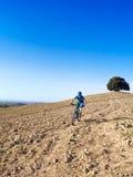 Mountainbikerreiten durch toskanische Landschaft lizenzfreies stockbild