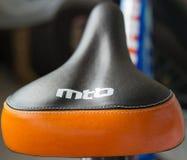 Mountainbikesattel mit der Aufschrift MTB Stockbild