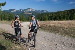 Mountainbiking i de östliga Carpathiansna Arkivbilder