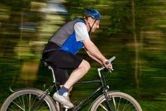 mountainbiking pensionär Arkivbild