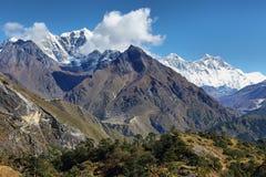 Mountaind de Cholatse, de Nuptse, de Everest, de Lhotse y pequeñas opiniones de Phortse Tanga Foto de archivo