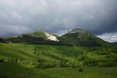 Mountaind vert observant au-dessus de nous Photographie stock libre de droits
