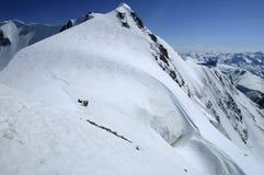 Mountaineertig Gruppe auf einem Sonnenschein 5000m Stockfoto