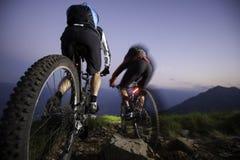 Mountaingike en descendant par nuit - mouvement brouillé Images stock