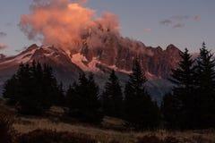 Mountainpeak загорелось солнцем стоковые фотографии rf