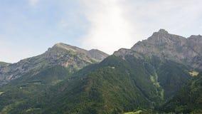 Mountainridge i de schweiziska fjällängarna arkivbilder