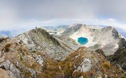 Mountains湖全景 免版税图库摄影