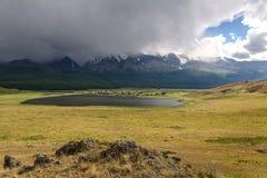 Mountains湖阴云密布暴风云阳光 库存照片