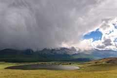 Mountains湖阴云密布暴风云阳光 库存图片