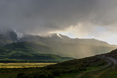 Mountains湖阴云密布阳光雾 库存照片