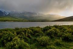 Mountains湖阴云密布阳光雾 免版税图库摄影