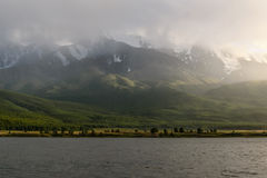 Mountains湖阴云密布阳光雾 免版税库存照片