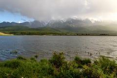 Mountains湖阴云密布阳光雾 库存图片