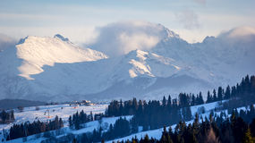 Mountains behind ski resort Royalty Free Stock Photos