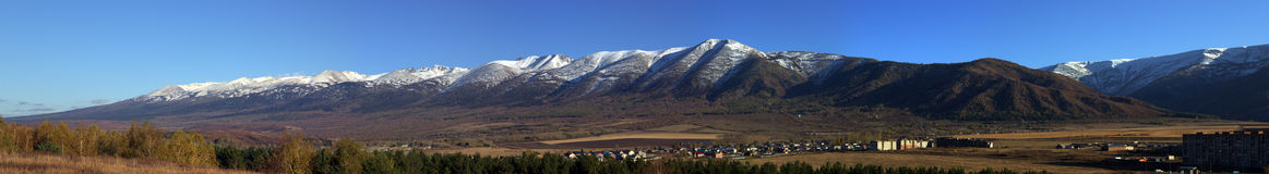 The mountains covered by snow against blue sky Royalty Free Stock Photos