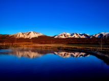 Mountains reflecting in lake Royalty Free Stock Photography
