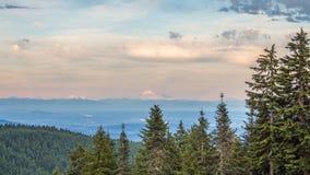 Mountainscape μέσω του θερινού δάσους Στοκ φωτογραφία με δικαίωμα ελεύθερης χρήσης