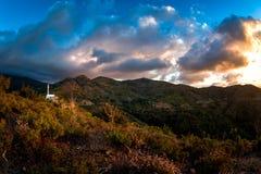 Mountainscape de Troodos con la iglesia cruzada santa en la cima de t imágenes de archivo libres de regalías