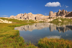 Mountainsee in den Dolomit-Bergen stockbilder