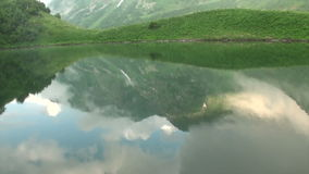 Mountainsee am Fuß des Berges Frühling im Kaukasus reflektiert in einem Wasser am Abend voll stock footage