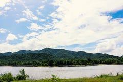 Mountainsee-Himmelwolken Stockfoto