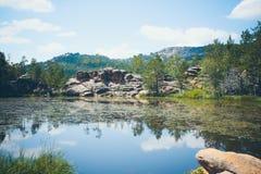 Mountainsee im Hintergrund von Bergen und von Himmel Lizenzfreies Stockfoto