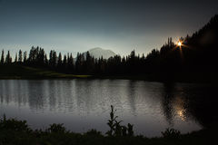 Mountainsee im Sonnenuntergang Lizenzfreie Stockbilder