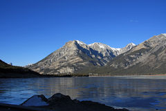 Mountainsee im Winter Stockfoto
