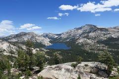 Mountainsee im Yosemite-Hochland stockbild