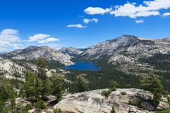 Mountainsee im Yosemite-Hochland stockbilder