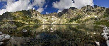 Mountainsee mit Reflexion Stockbild
