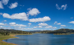 Mountainsee 2 mit Wald und blauem Himmel, New South Wales, Austraila Stockfoto