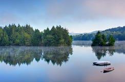 Mountainsee morgens lizenzfreies stockfoto