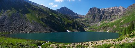 Mountainsee panoramisch Lizenzfreies Stockbild