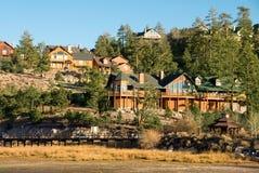 Mountainsee-Rücksortierung-Häuser Lizenzfreie Stockfotos