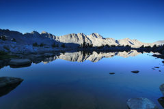 Mountainsee am Sonnenaufgang Lizenzfreie Stockfotos
