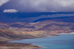 Mountainsee in Tibet lizenzfreies stockbild