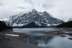 Mountainsee und und Gletscher lizenzfreie stockbilder