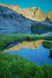 Mountainsee und Morgenreflexionen lizenzfreies stockfoto