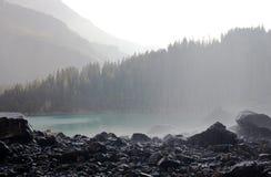 Mountainsee und Wasserfall auf Vordergrund stockbild