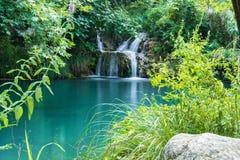 Mountainsee und Wasserfall in Polilimnio-Bereich in Messinia lizenzfreie stockfotos