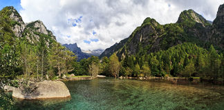 Mountainsee in Val di Mello, Val Masino, Italien Lizenzfreie Stockfotos