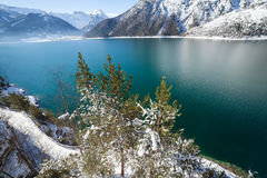 Mountainsee-Winterlandschaft Stockfotografie